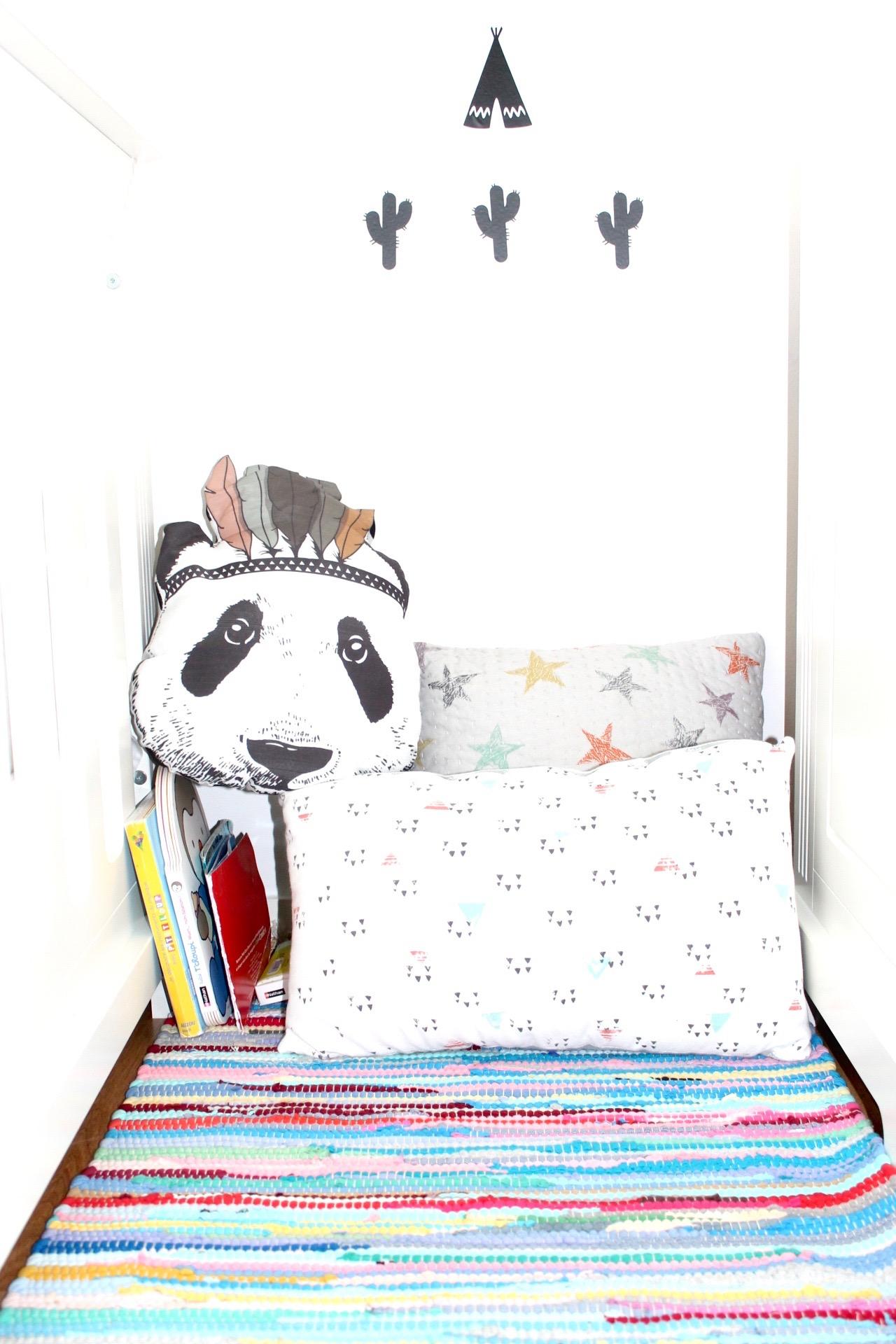 sa chambre de petit gar on l 39 ar ne m re. Black Bedroom Furniture Sets. Home Design Ideas